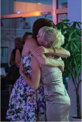 Ladiesfirst Hamm Clubgeburtstag und Neueröffnung Kirsten Bruennich Umarmung