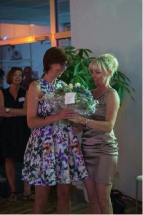 Ladiesfirst Hamm Clubgeburtstag und Neueröffnung Kirsten Bruennich bekommt Blumen