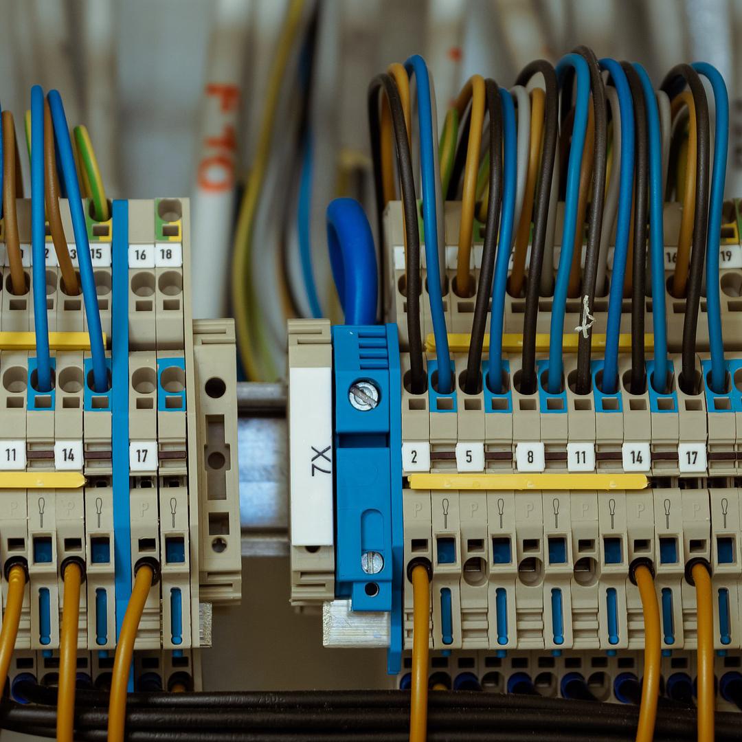 Armoires électriques : comment savoir si vos câbles sont bien serrés ?