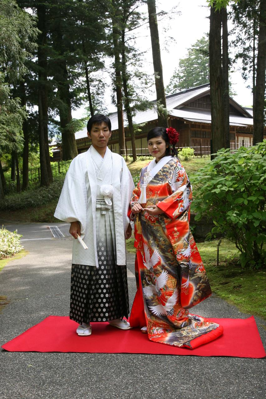 紋付袴と色打掛の立ち姿