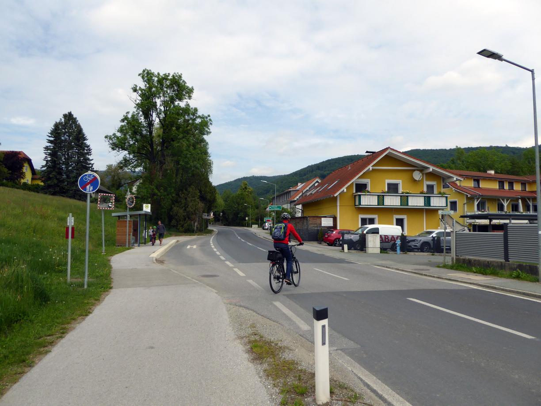 Am Ende des Radweges ist das Queren der Strasse unumgänglich