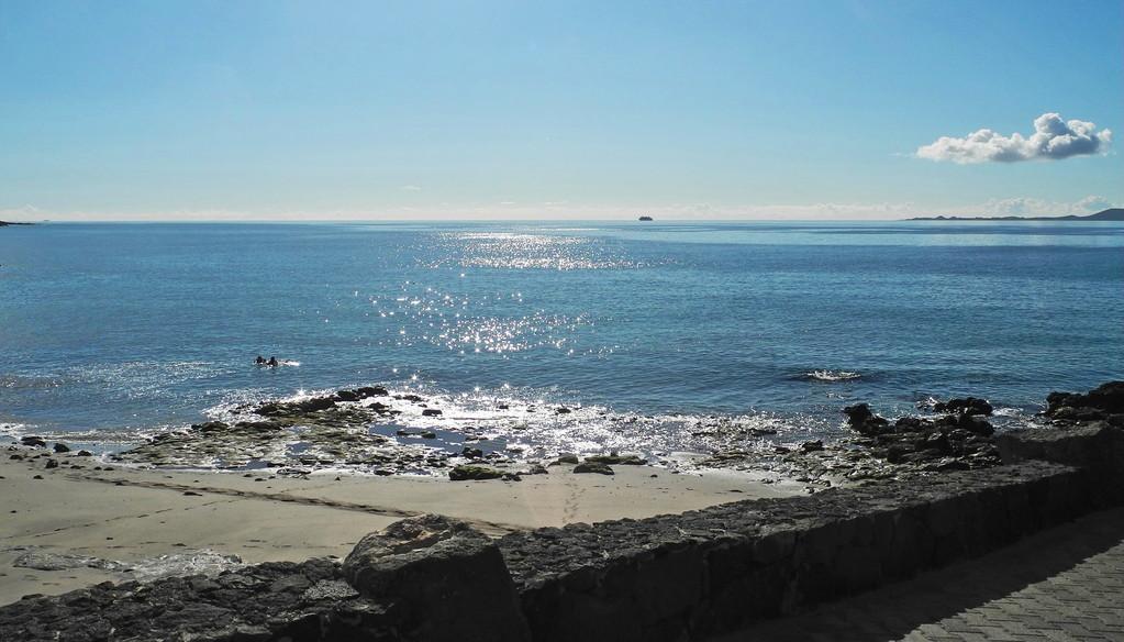 Playa La Mulata - eher ein Sonnen- als ein Badeplätzchen, da felsiger Einstieg. Tauchern macht das offensichtlich wenig aus...