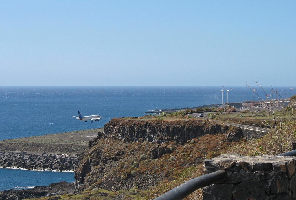 Anflug von der Nordseite auf den Flughafen - der neue Terminal ist noch im Bau.