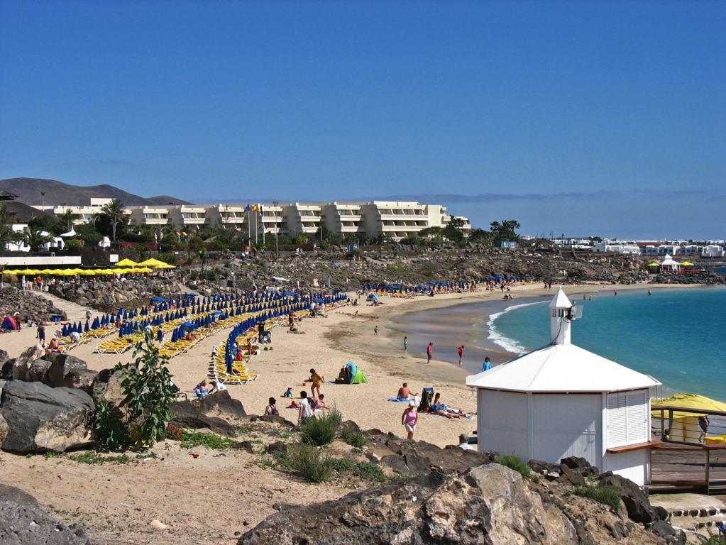 Im Bild das Hotel Dorada Playa, im Hintergrund Appts. Pueblo Marinero am Yachthafen Marina Rubicón