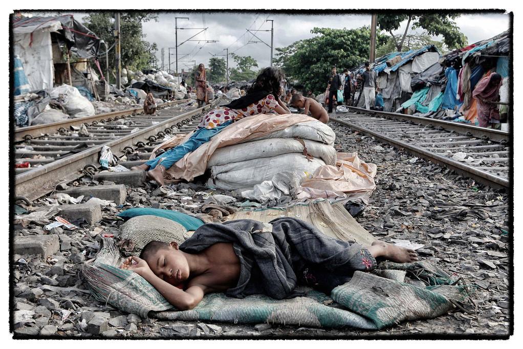 16.00 am Nachmittag schlafen die Kinder vor Erschöpfung zwischen den Bahnschienen ein