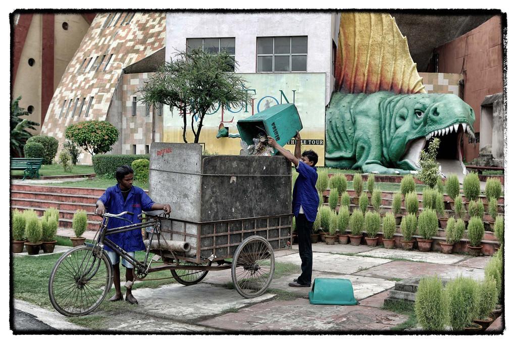 08.40 Sheik und Ihar leeren Mülltonnen im Erlebnispark Science City