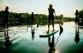 Personer kör Stand Upp Paddleboard