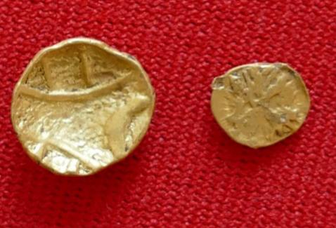 2 Goldmünzen des Stammes der Boier - 1. Jh. vor Chr.: Links 1/8 Stater (0,8g) - Rechts 1/24 Stater (0,3g))