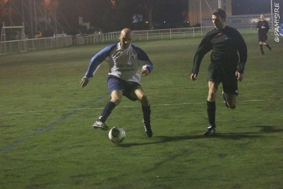 Feinte, passe le ballon derrière le pied d'appui, passe et but. Facie !
