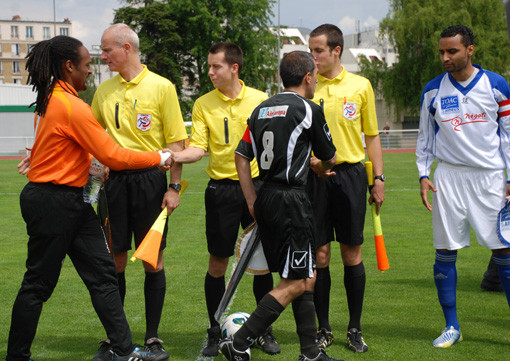 Le trio arbitral (le central arbitre la Ligue 2)