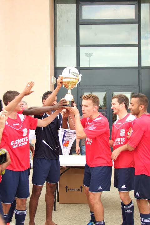 Les 2 captains soulèvent le trophée