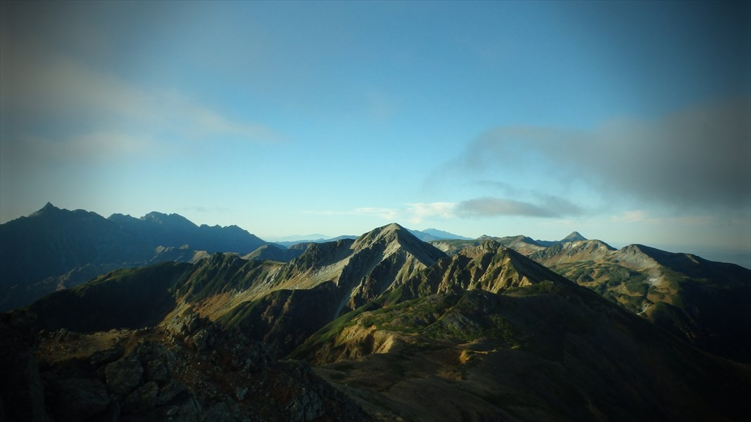 朝日を浴びる山々
