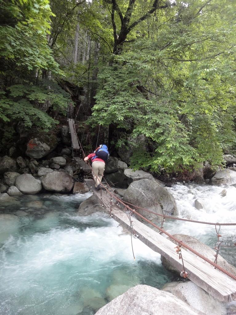噂の危険な作業用吊り橋。手すりが低い位置にあってコワかった...