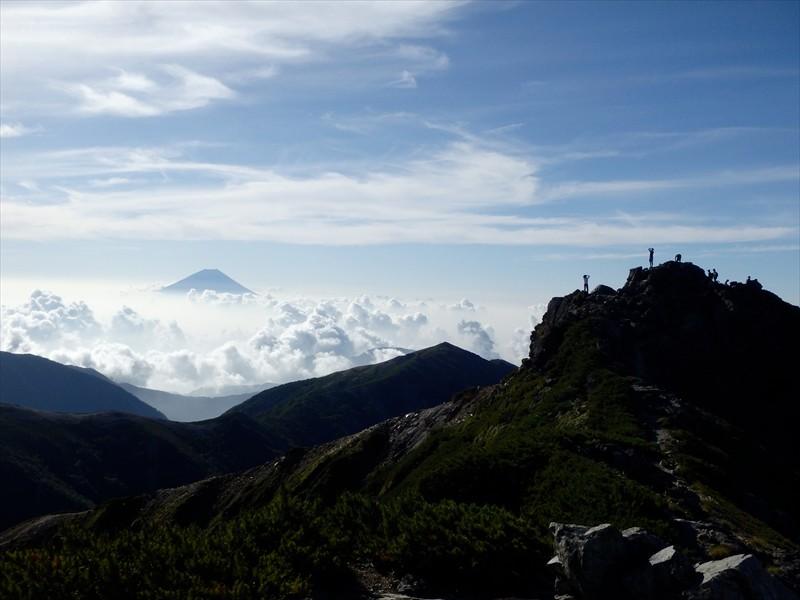 西峰から東峰を眺める。かっこいい...