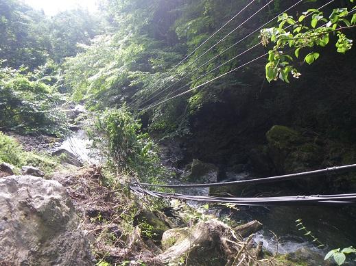 電柱が倒れケーブルも谷の中