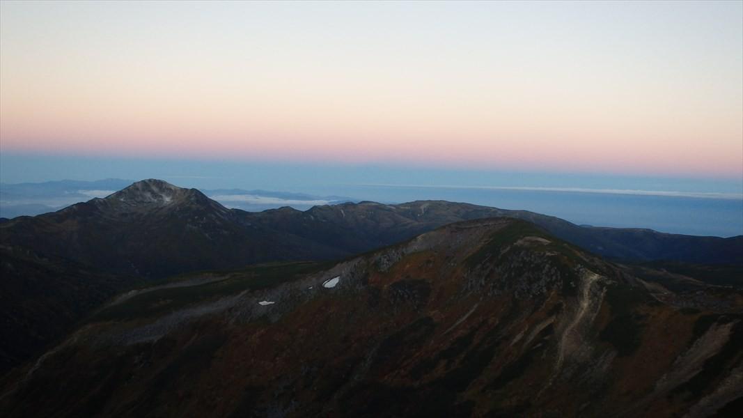 日の出前の黒部五郎岳