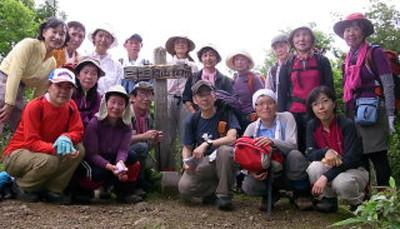 三十三間山山頂、17人全員で記念撮影