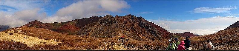 真ん中は朝日岳左の方には隠居倉岳。ある位置や角度からは、このような荒々しい姿にも見えます。