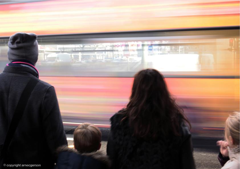 Bus fährt vorbei p483m1016264 Arne Gerson plainpicture.com