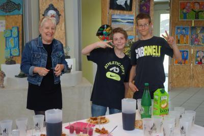 Les jeunes qui ont préparé une partie du buffet, à côté de la présidente Isabelle Androuin.