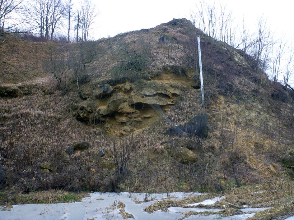 Abb. 5: Im stillgelegten nördlichen Bereich anstehende, karbonatisch zementierte Blöcke ...