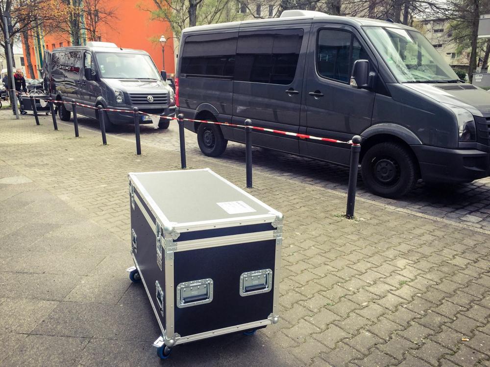 Tourstart. Die Transporter stehen in der Heidelberger Straße bereit.