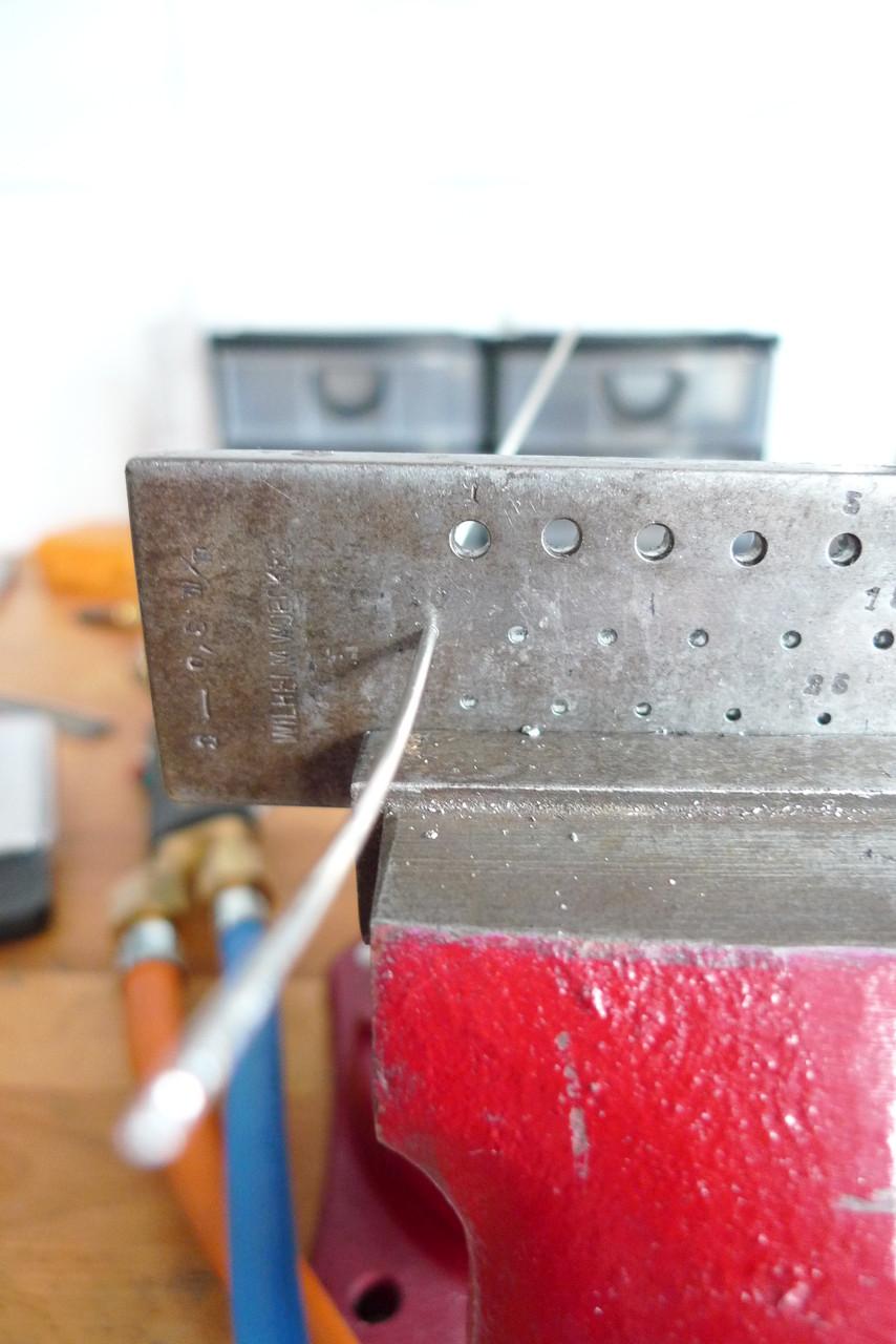 ...das Vierkantprofil durch das Zieheisen rund und dünner gezogen werden kann.