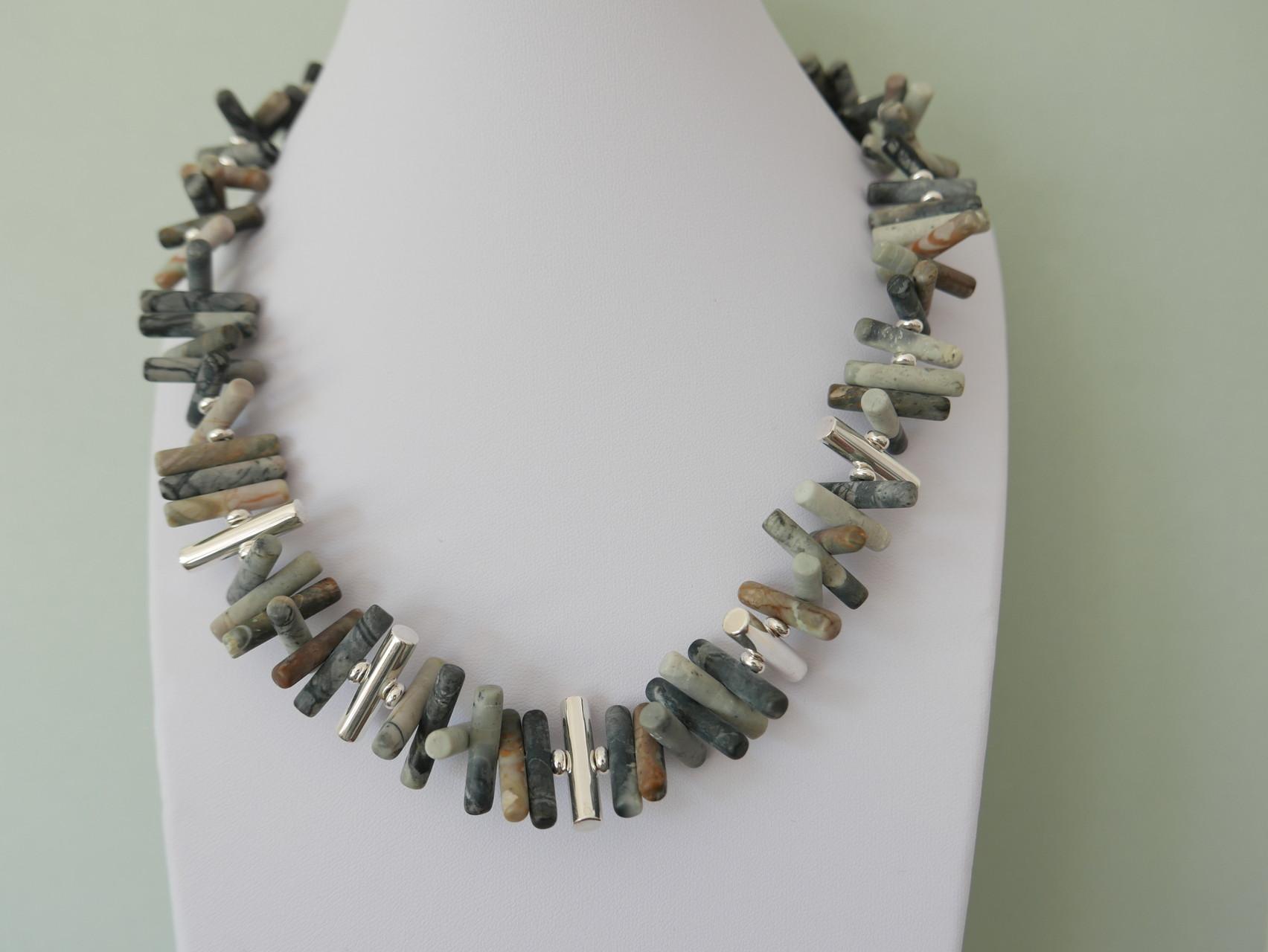 Steinkette muticolor mit Silberelementen