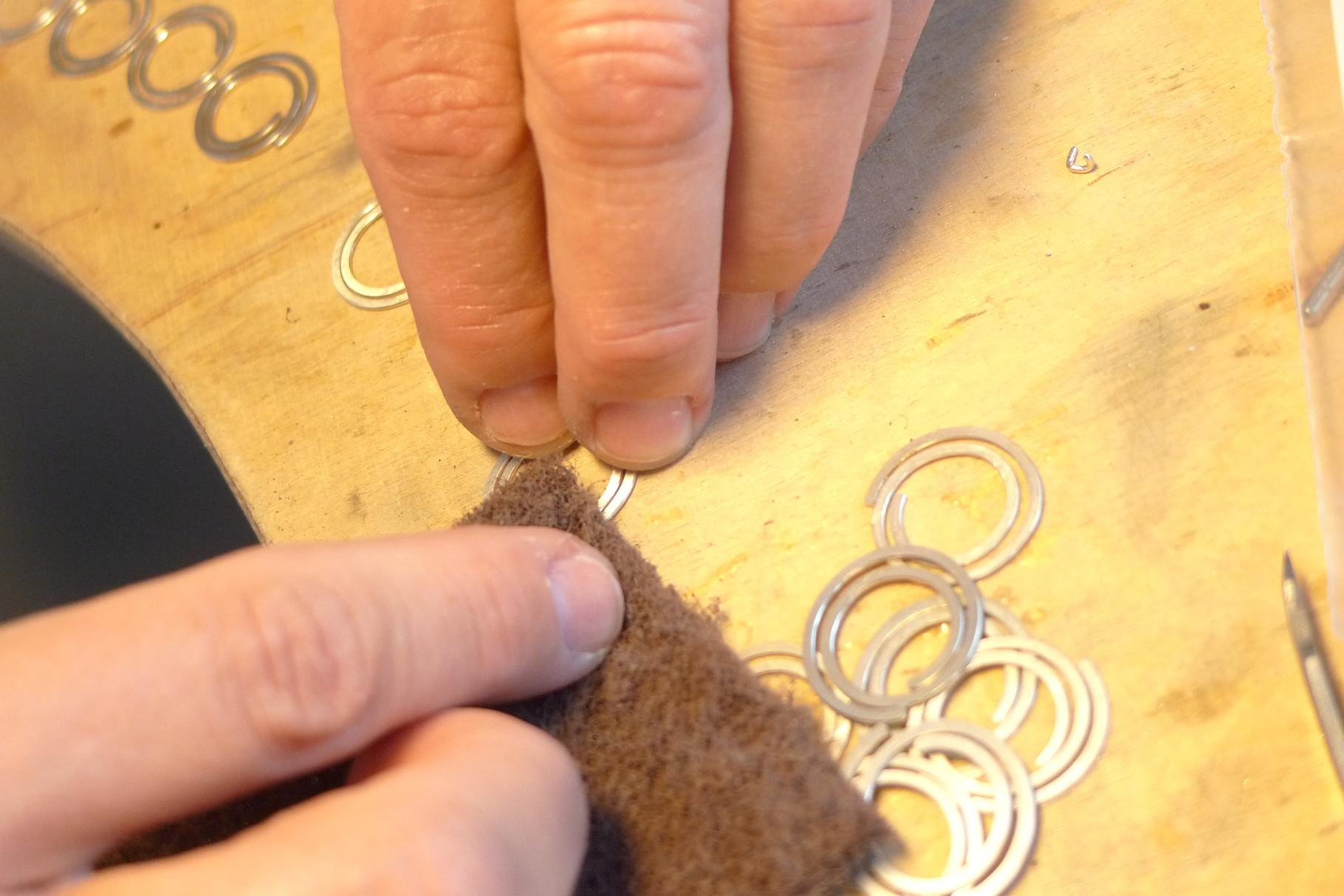 Jedes Element wird mit einem Vließ mattiert.