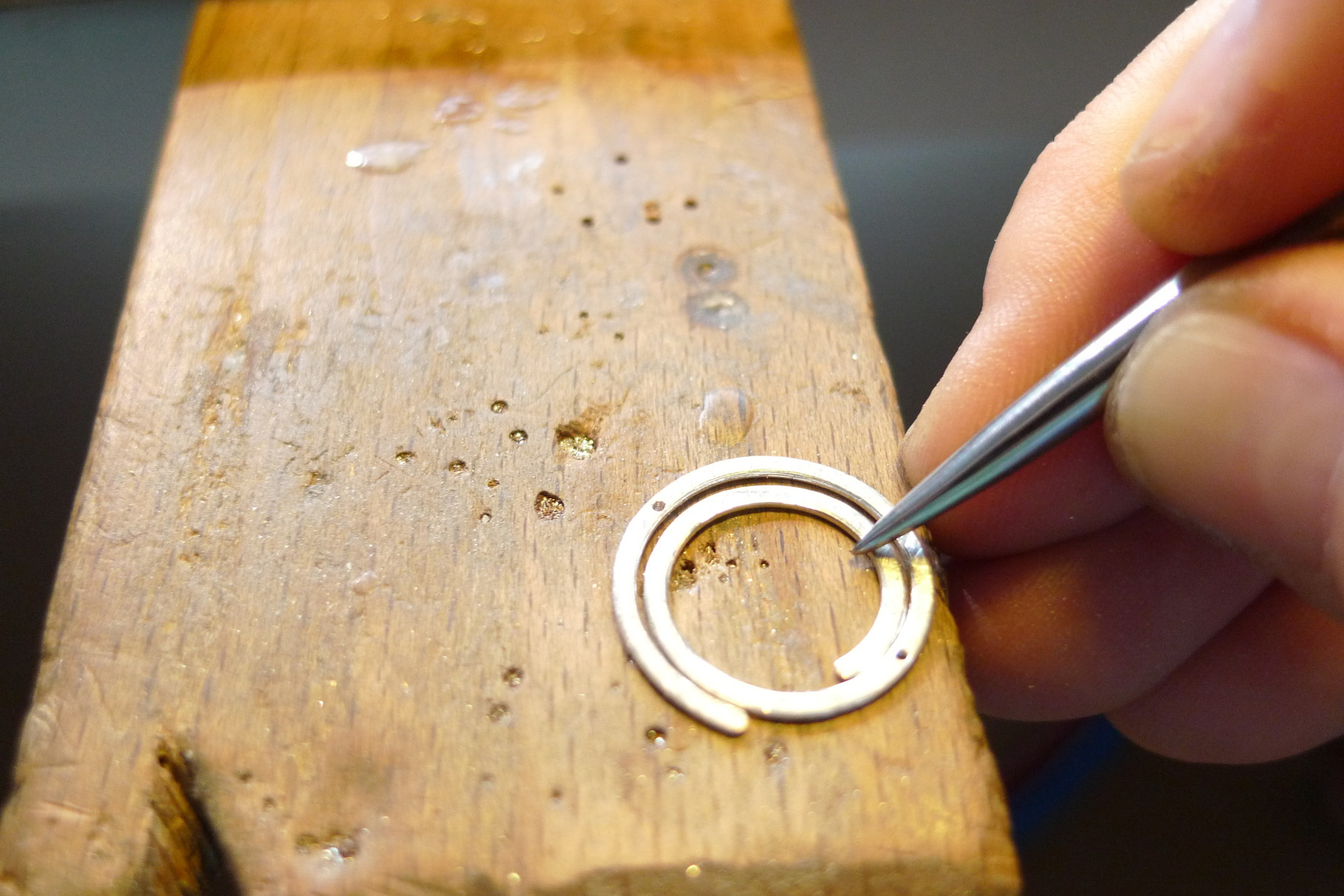 Mit dem Glättstahl wird die Kante der Spirale poliert...