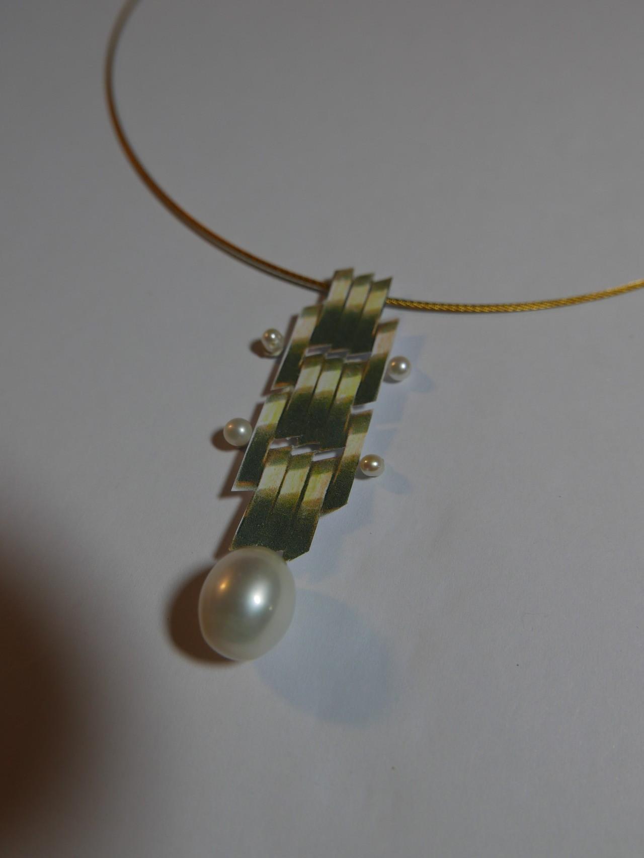 Ein einfacher ENTWURF aus Papier und Perlen.