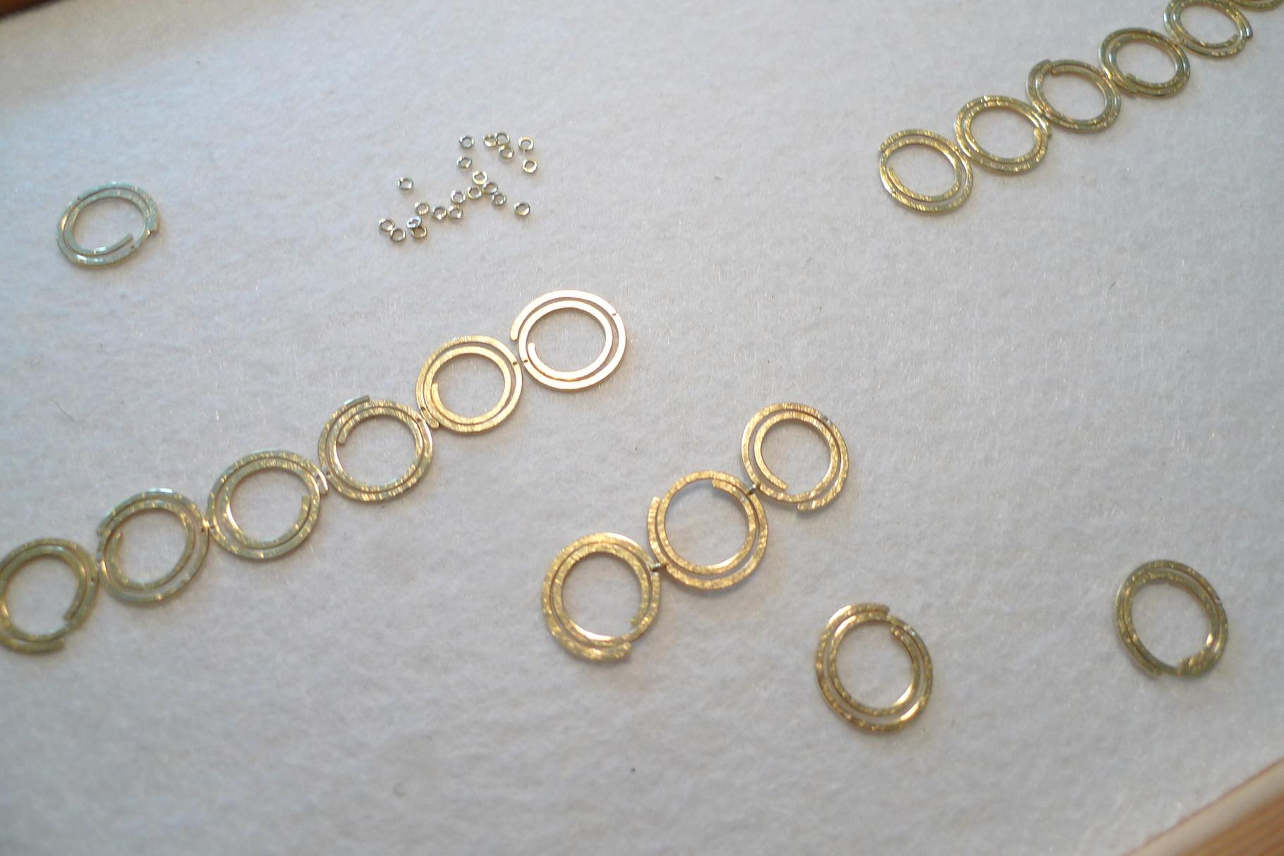 Die Elemente werden mit einer kleine Öse verbunden und dann vergoldet.