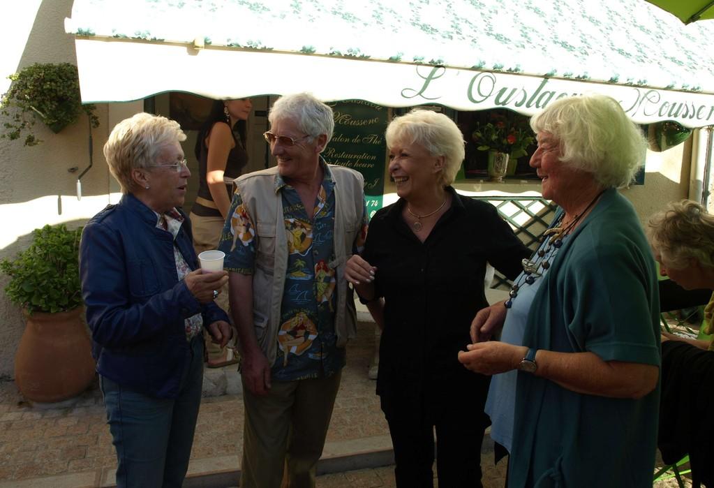 de gauche à droite : Mme Cheyres (chargée de la culture à la mairie de Mons)  Nigel Gray (sculpteur), Andrée Taconnet (peintre) et Ingrid Molenaar (peintre).