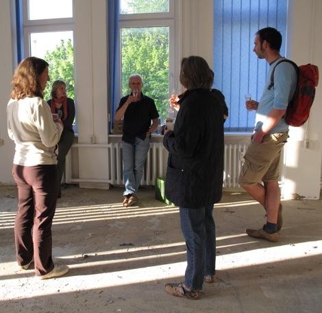 Vor 11 Jahren, beim ersten Schaumwein in den noch umrenovierten Räumen: Sabine Leonhardt, Stephanie Silligmann, Christian Leonhardt, Manuela Weber, Birgit Linnhoff und Peter von Gradolewski.