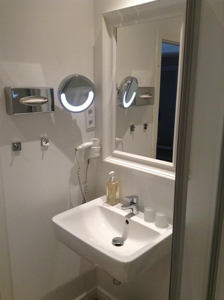 """HOTEL HAHN  Villa Strandberg """"Small-Basic""""-Zimmer Nr.1, Bad"""