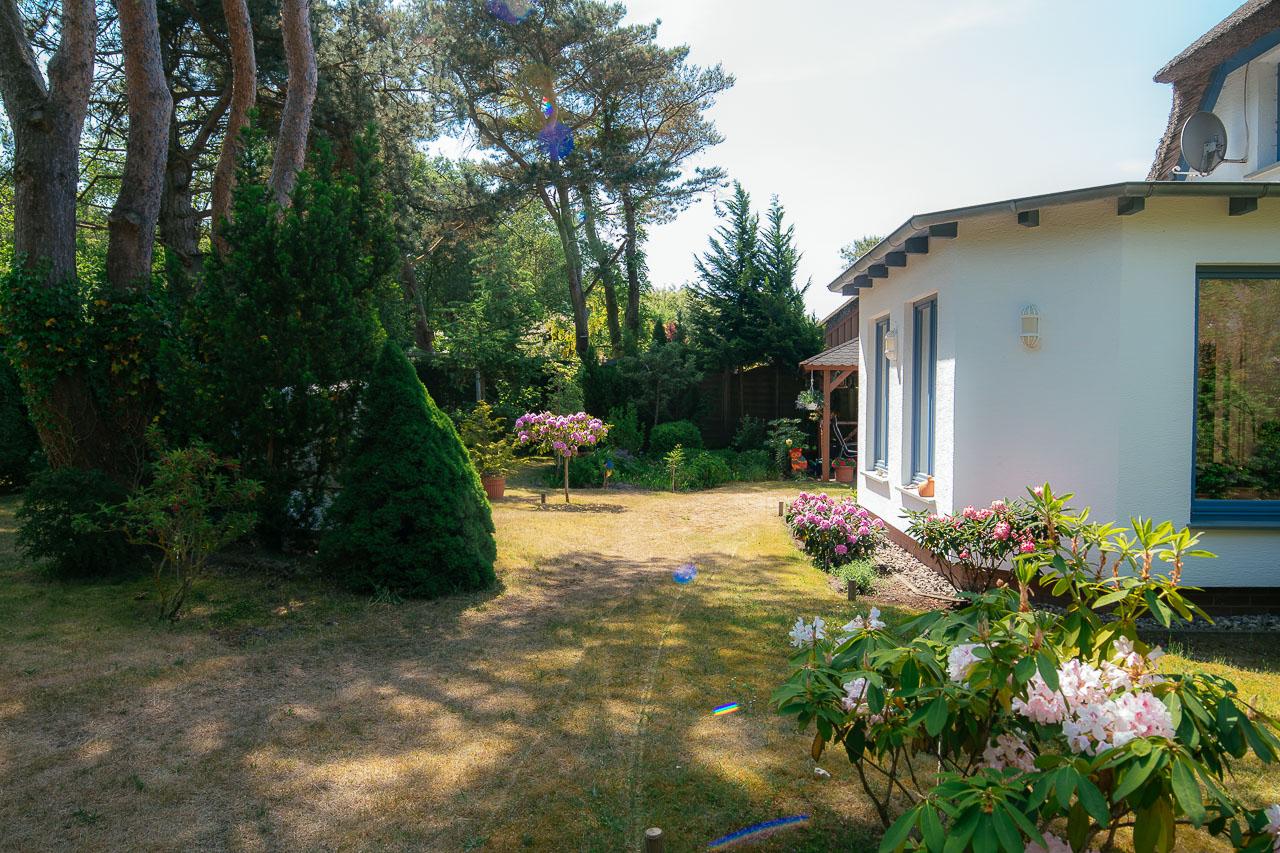 Vorderer Gartenbereich mit Wintergarten