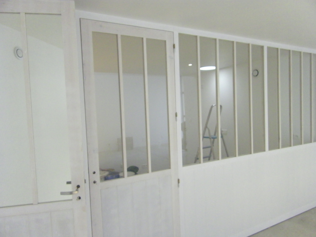 Conception d'une cloison vitée en bois et médium. Style atelier