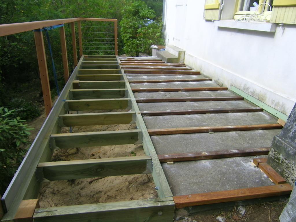 fabrication de la base de la terrasse montée sûr pilotis de bois