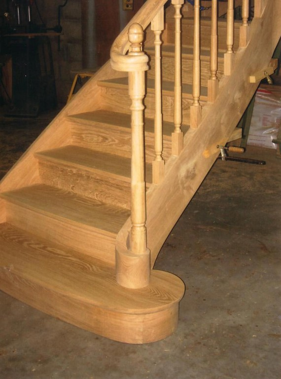 Départ d'escalier style ancien en chêne