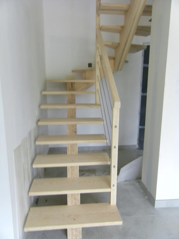 Escalier limon central en frêne garde corps et cable en inox
