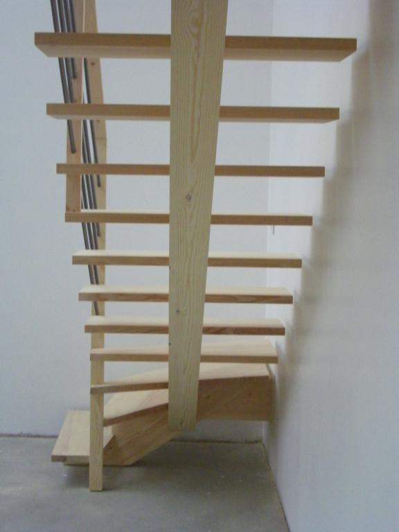 Vue de dessou de l'escalier à limon central.