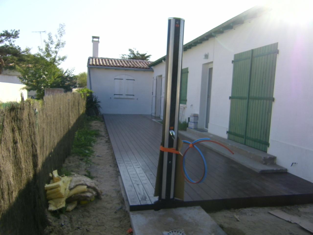 terrasse avec douche extérieur