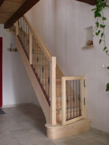 Escalier sur-mesure en pin et sapin rouge, barreaux en acier et un quart tournant