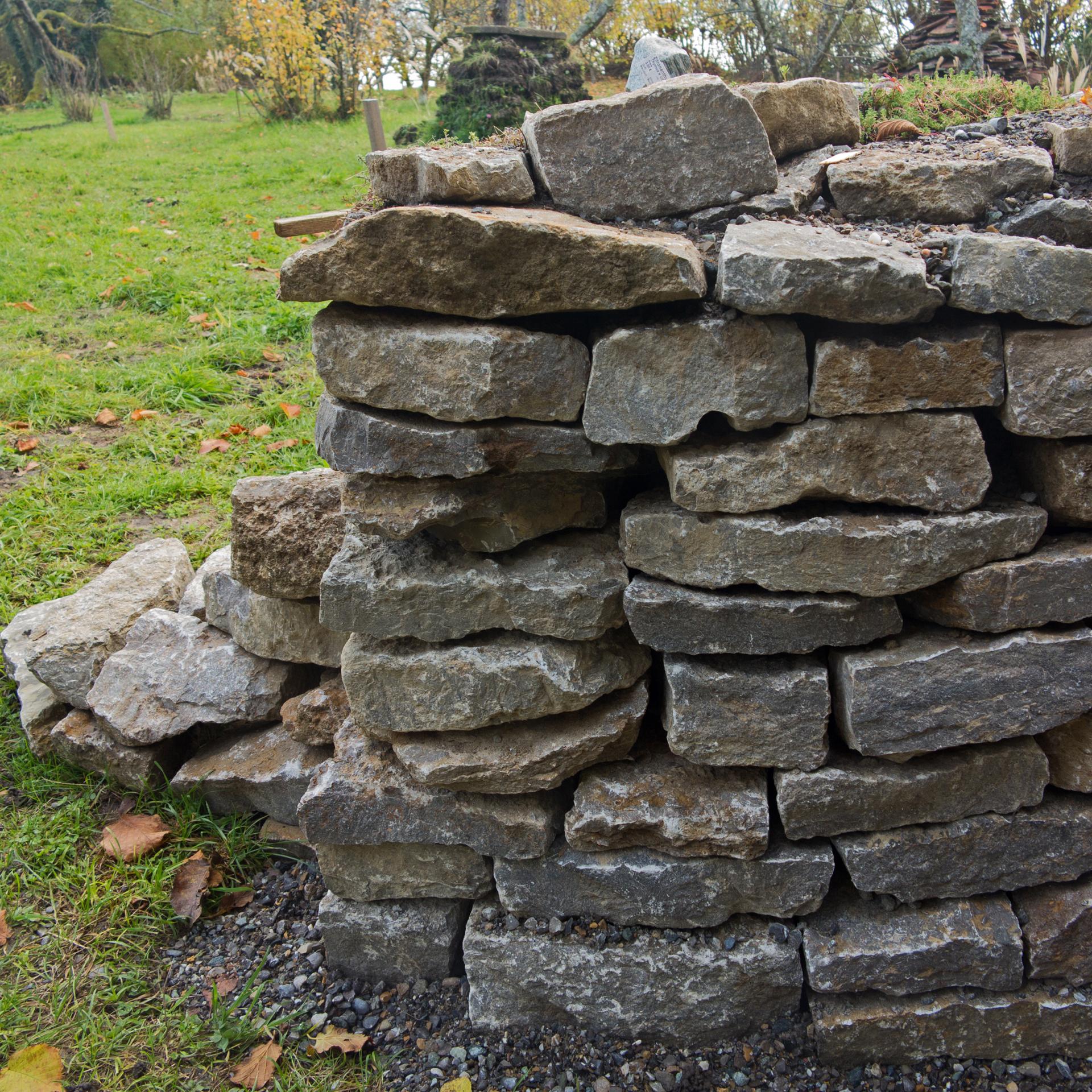 Trockenmauern mit ihren offenen Ritzen und Fugen ...
