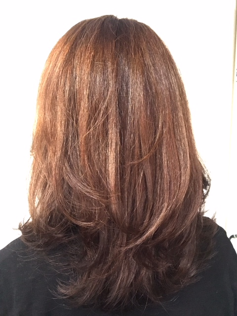 毛先は添加剤でフォローしながらツヤ感重視で染めています。