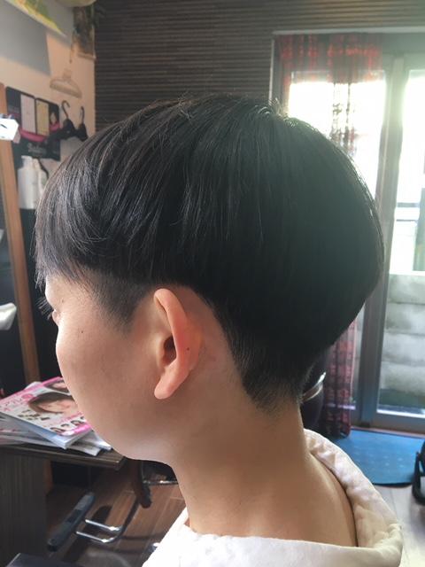 前髪一部だけ長い。