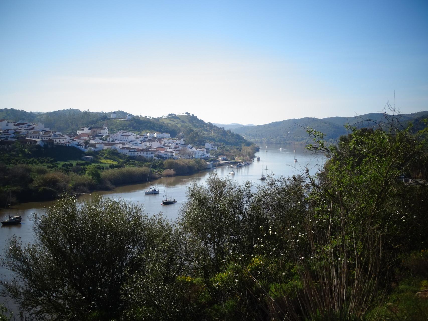 Blick über den Guardiana vom alten Schloss von Alcoutim aus Richtung Sanlucar, Spanien
