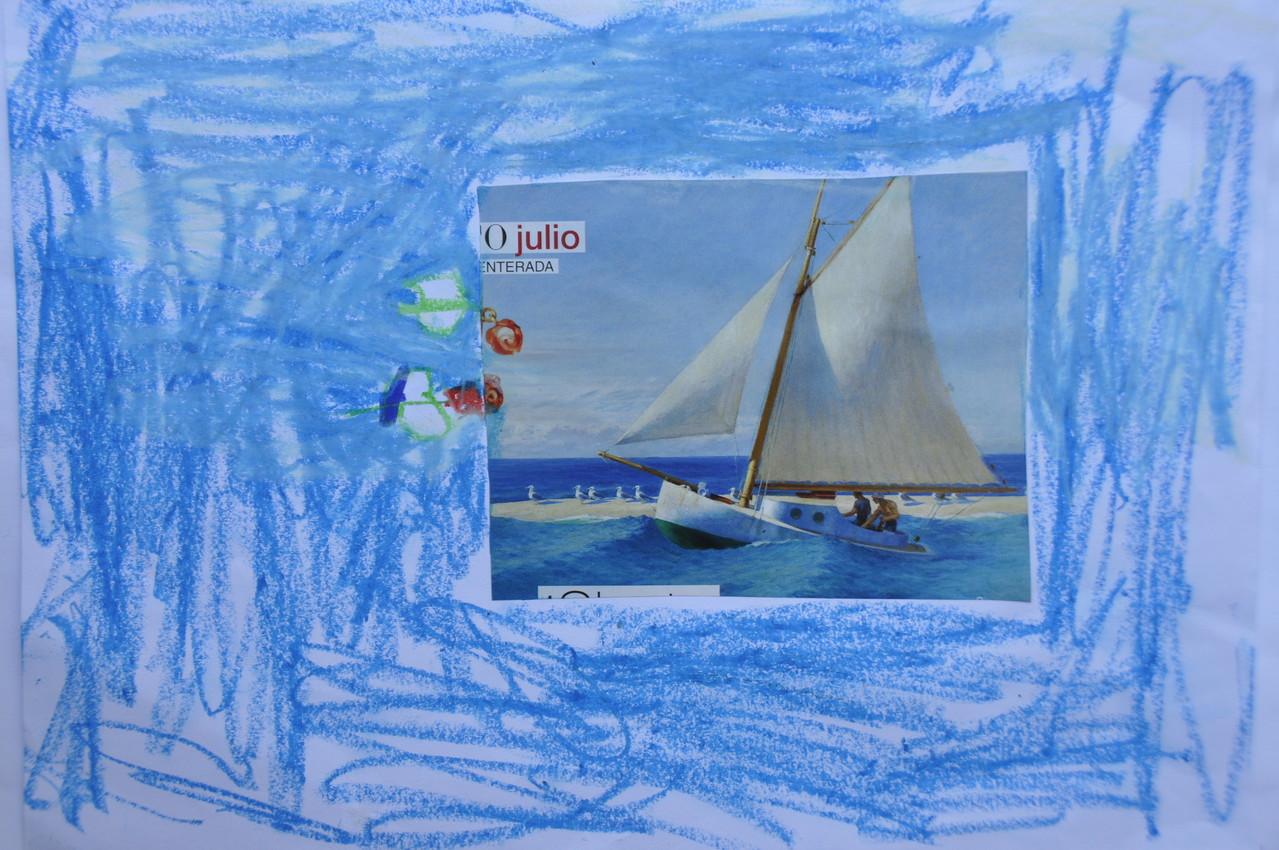 El mar y el cielo y con un barco y hay un señor.