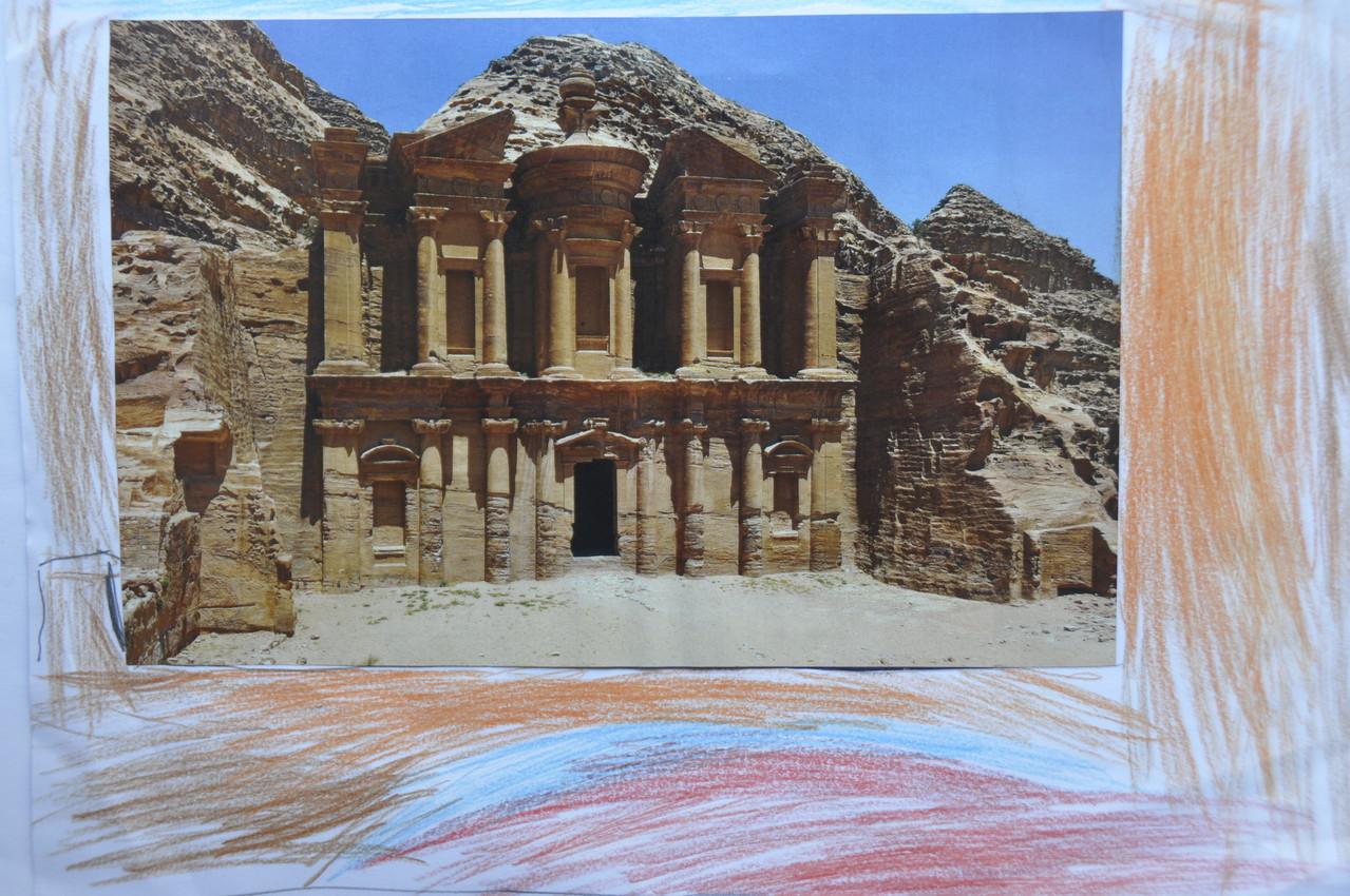 Un palacio muy antiguo que creo que está en el desierto.