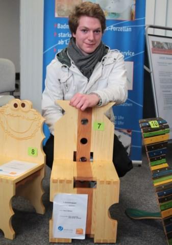 Den Sieg im ersten Lehrjahr kann Pascal Meister nun sein eigen nennen. Sein Kinderstuhl erinnert an ein Dominospiel und beeindruckte die Jury besonders.